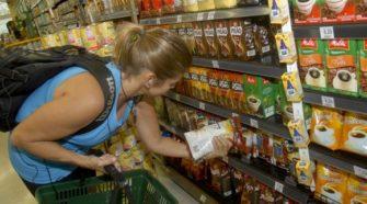 Consumidora no supermercado_foto arquivo Agência Brasil