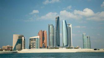 Abu Dhabi passa a vacinar visitantes contra a covid-19